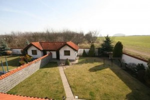 Large backyard - Rent of 4 BD family house Praha 6 - Horomerice