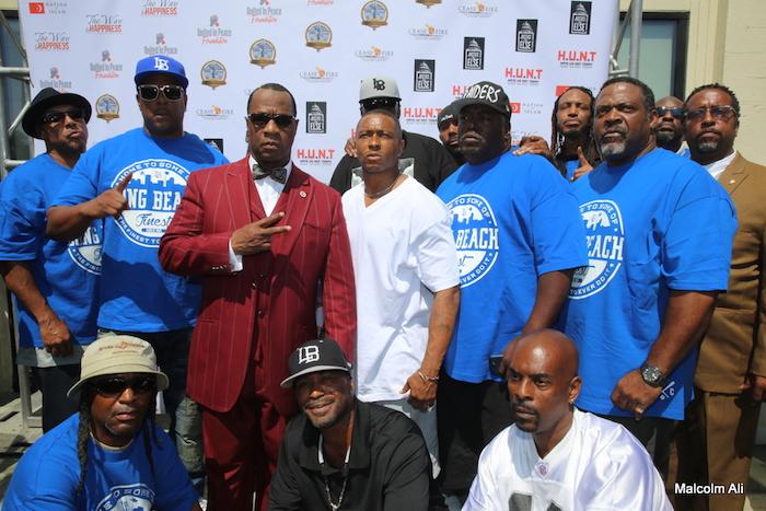 Duchovní Tony Muhammad se členy gangu ze čtvrti Long Beach Crips během mírového a sjednocujícího setkání United Hoods 17. července plus Gangs Nation v mešitě Muhammada č. 27. (Foto Malcolm Ali pro Sentinel)