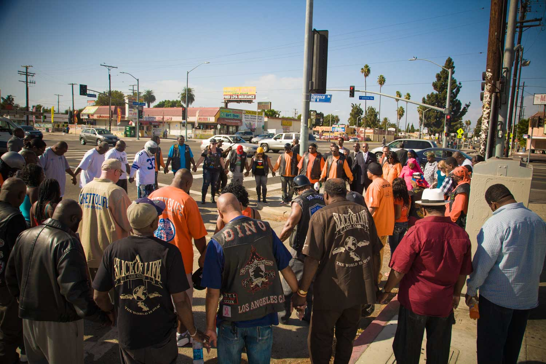 Americký duchovní Tony Muhammad spoluzaložil v roce 2012 hnutí United in Peace v ulicích jižního Los Angeles, kde spojil soupeřící gangy pro Peace Rides ve sporných čtvrtích. Toto hnutí snižuje násilnou trestnou činnost distribucí morálního kodexu zdravého rozumu Cesta ke štěstí a zvýšeným dialogem mezi policií a komunitou.
