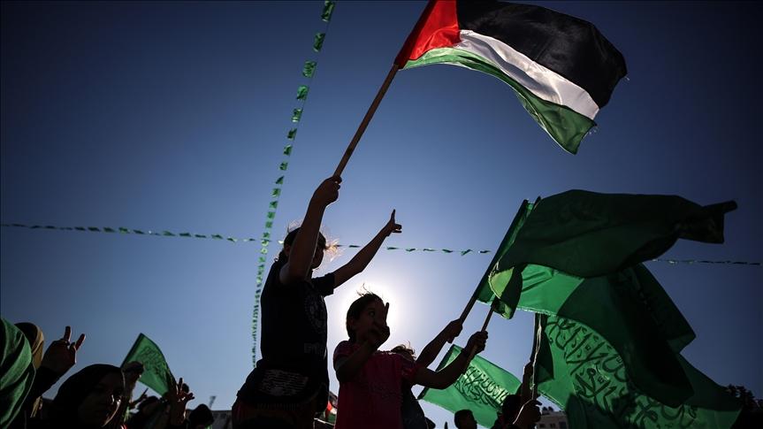 Egypt údajně pozval do Káhiry zástupce Izraele, Hamásu a palestinské samosprávy, aby jednali o otázkách, jako je zlepšení podmínek v pásmu Gazy a posílení stávajícího příměří.  Podle středeční zprávy izraelské organizace pro veřejnoprávní vysílání (KAN) se jednání zaměří na otázky, jako je dosažení dlouhodobé dohody o příměří v regionu, rekonstrukce Gazy a návrat zajatců.  O datu zahájení jednání nebyly poskytnuty žádné informace, ale podle deníku Yediot Aharonot se egyptská delegace nedávno sešla v Izraeli, Ramalláhu a Gaze, aby projednala návrh.  Americký ministr zahraničí Antony Blinken dorazil ve středu do Káhiry na třetí zastávku svého turné po Středním východě, aby podle egyptských médií upevnil dohodu o příměří mezi palestinskými frakcemi v Gaze a Izraelem.  Podle prohlášení egyptského předsednictví se nejvyšší americký diplomat dohodl s egyptským prezidentem Abdel-Fattáhem al-Sísím na posílení koordinace příměří a obnovy pásma Gazy.  Minulý pátek vstoupilo v platnost příměří zprostředkované Egyptem mezi palestinskými odbojovými skupinami a Izraelem, který ukončil 11denní nejhorší cyklus bojů za poslední roky.  Podle palestinských lékařů bylo při izraelských náletech na Gazu zabito nejméně 254 Palestinců, z toho 66 dětí a 39 žen, a více než 1900 dalších zraněných. Nejméně 31 Palestinců bylo zabito také při izraelských útocích na okupovaném Západním břehu.  Třináct Izraelců bylo zabito palestinskou raketovou palbou z pásma Gazy.
